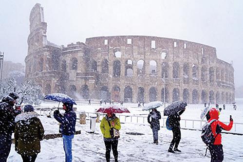一場風暴侵襲歐洲,大部份地區低溫創紀錄,意大利羅馬降下罕見大雪。(AFP)