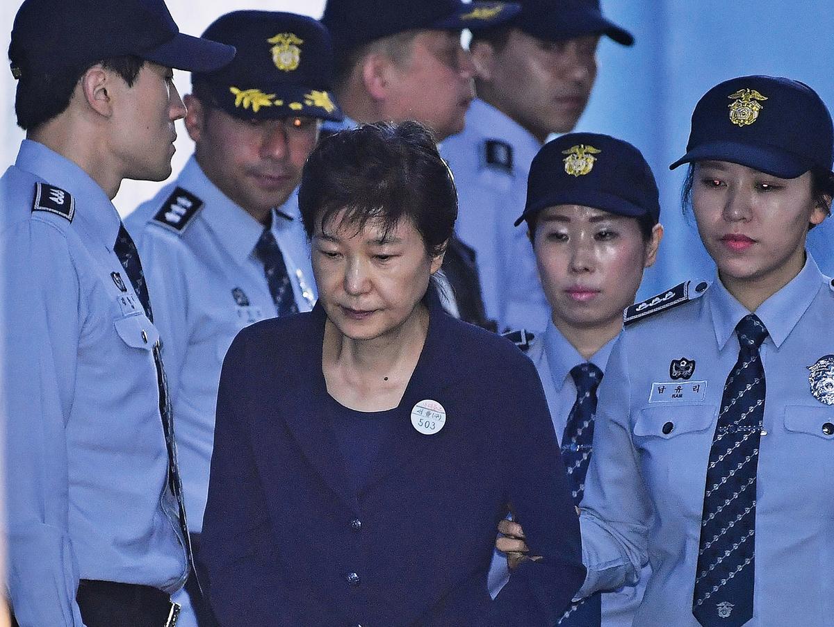 2018年2月27日,因親信干政門被彈劾下台的南韓前總統朴槿惠,被檢方求處30年有期徒刑,罰款1,185億韓圜(約港幣8.59億元)。(AFP)