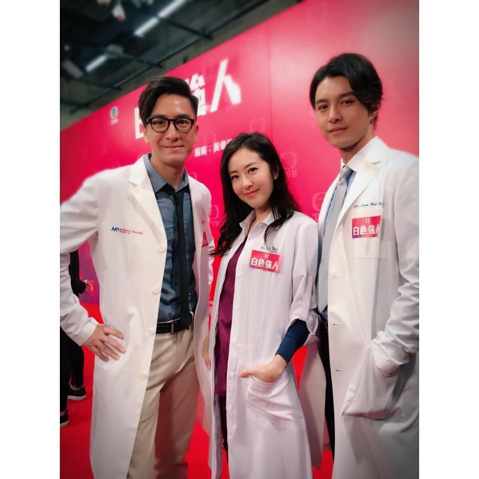 唐詩詠(中)擔心拍攝時見血暈倒,馬國明(左)願意即場做人工呼吸。(唐詩詠facebook)