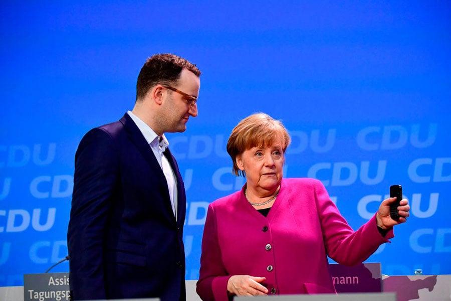 基民盟議員施班(左)是默克爾黨內非常有名的批評者。他被默克爾推舉為衛生部長人選。這個決定引起媒體熱議。(TOBIAS SCHWARZ/AFP/Getty Images)