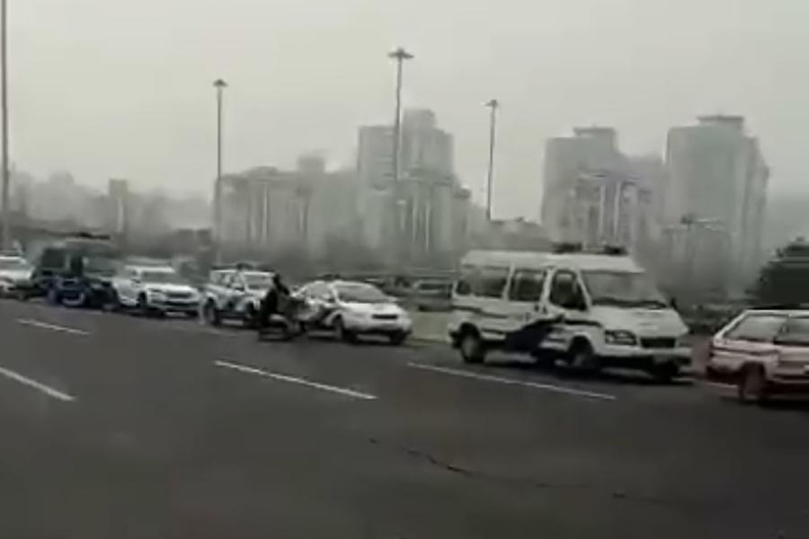 中共「兩會」前夕,北京各地布滿警力抓捕上訪民眾。圖為北京南站周邊停滿警車。(視像擷圖/訪民提供)
