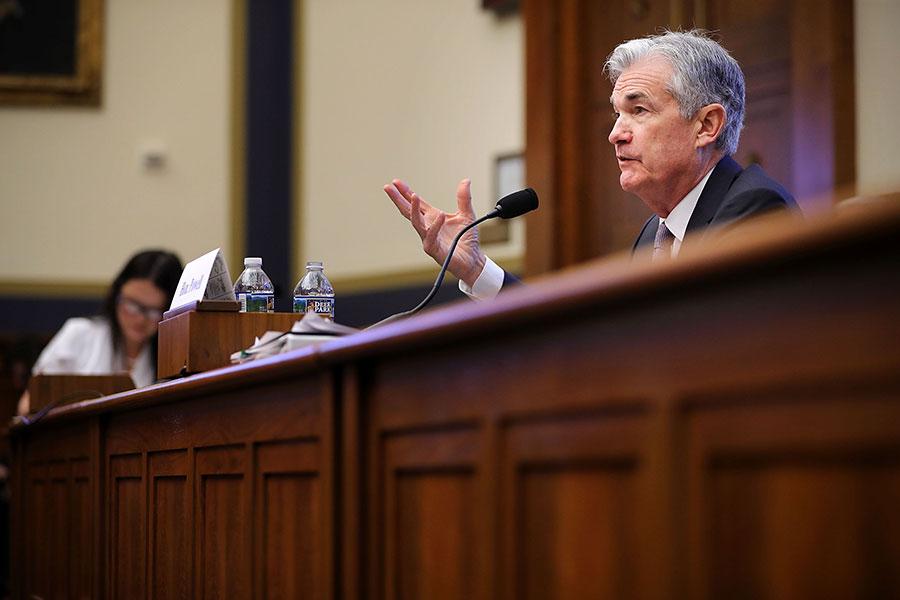 美聯儲主席鮑威爾首次出席國會聽證,表示未來兩年經濟形勢大好,同時重申美聯儲漸進加息、沿襲前任主席的貨幣政策路徑。(Chip Somodevilla/Getty Images)