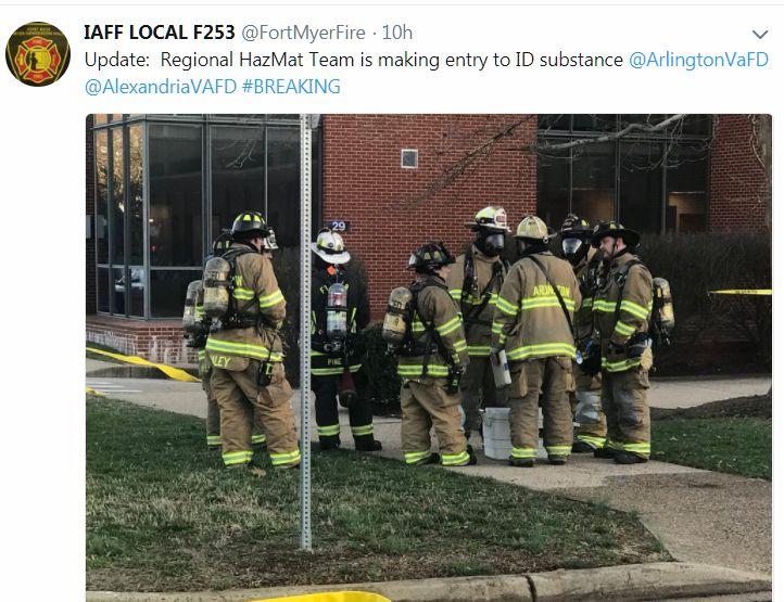 美國維珍尼亞州阿靈頓軍事基地於當地時間周二(27日)下午收到一封含有可疑物的信件,當信件被拆開後,現場有11名官兵感到不適。圖為消防人員正在協助邁爾堡的官員處理事件。(阿靈頓邁爾堡消防局推特擷圖)