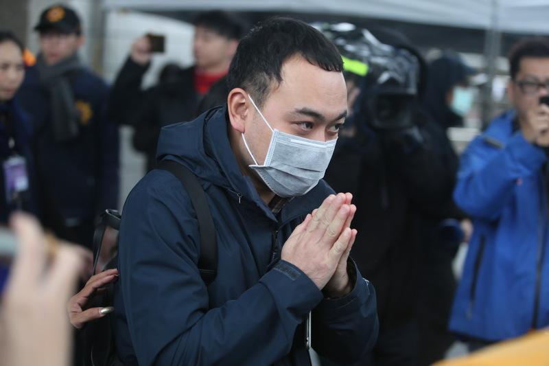 雲門翠堤大樓內北京一家五口的家屬,11日前往花蓮殯儀館辦理後事,離去前,其中一名家屬雙手合十,感謝各界關心。(中央社檔案照片)