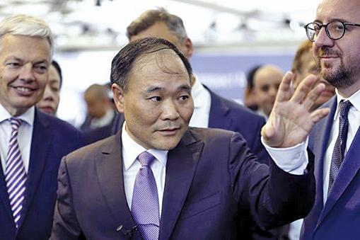 已買下瑞典富豪汽車的中國吉利汽車董事長李書福(中)以90億美元收購奔馳母公司戴姆勒汽車近10%的股票。(Getty Images)