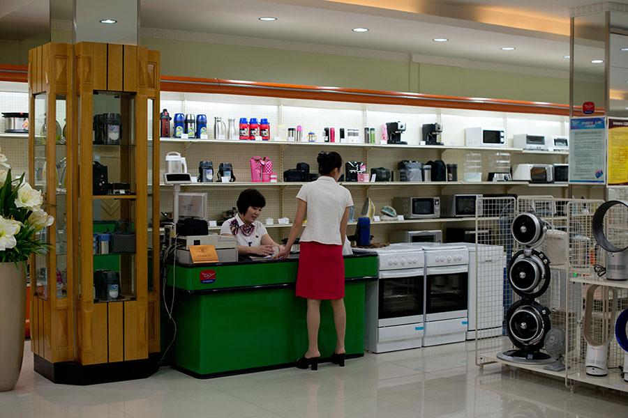 受聯合國制裁影響,不少與中國有生意往來的北韓貿易公司已經歇業。圖為2013年7月28日,位於北韓平壤的一家超市。(Ed Jones/AFP/Getty Images)