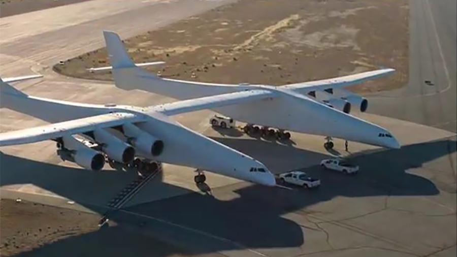 世界上最大的飛機「同溫層發射」(Stratolaunch)重達500,000磅,比最大的波音747還大。它的翼展長達385英尺。(視像擷圖)