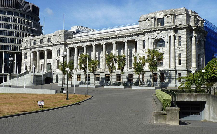 2017年對於新西蘭來說並不平靜。先是國會議員楊健的中共軍方背景、教授中共間諜的履歷被曝光,隨後是一份深度披露中共滲透新西蘭、控制華人社區的研究報告被公佈,在新西蘭引發轟動。圖為新西蘭國會大廈。(Michal Klajban/Wikimedia Commons)