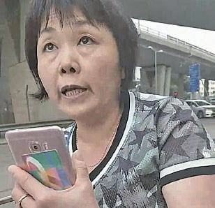 網民追蹤涉事大媽行蹤,發現她昨日再在大角咀擺易拉架,上前質問並拍片曝光。(影攝食fb)