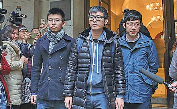 2018年2月6日下午香港終審法院就「雙學三子」公民廣場案宣判,裁定前學生領袖黃之鋒(左)、羅冠聰(中)和周永康(右)上訴勝訴,維持原審判決。(李逸/大紀元)