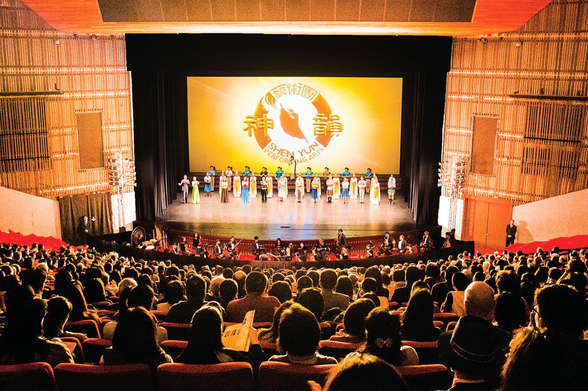 2月27日晚間,美國神韻國際藝術團在台北國父紀念館演出,演員謝幕時,全場爆滿觀眾報以熱烈掌聲。(陳柏州/大紀元)