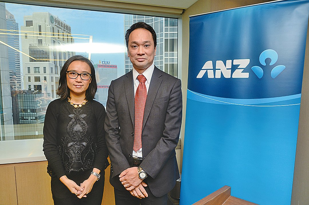 澳新銀行大中華區首席經濟學家楊宇霆(右)和高級經濟師王蕊(大紀元/宋碧龍)