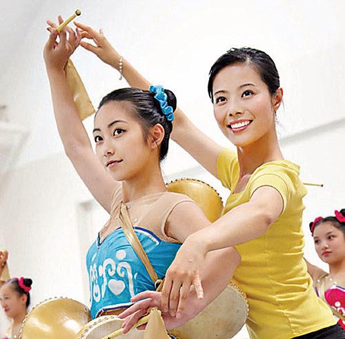 飛天老師在教學生中國古典舞。(飛天提供)