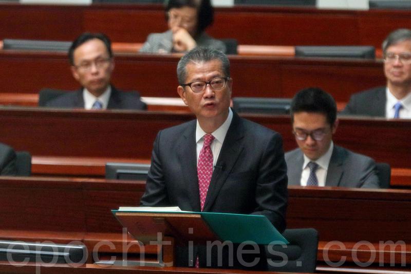 財政司司長陳茂波前日發表《財政預算案》,昨日在立法會就財政預算案的簡介會,民主派與建制派議員都批評預算案對基層打工仔不公平。(大紀元資料圖片)