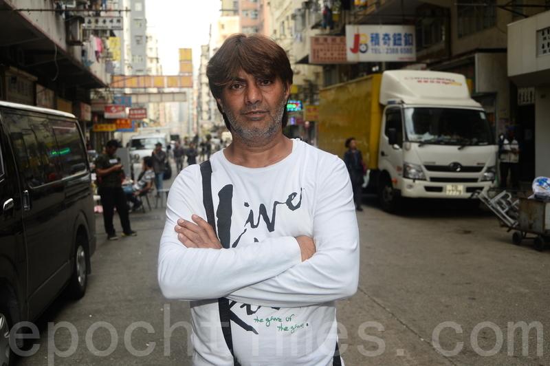 目擊事件的居港印度裔男子Jacky講述目擊的事發經過。(宋碧龍/大紀元)
