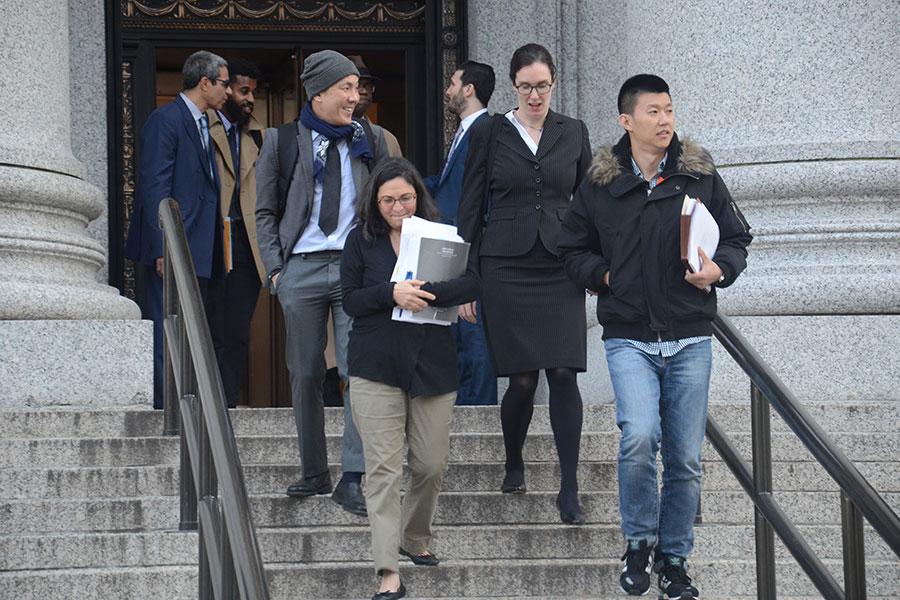 尹川(前右一)和他的辯護律師施羅夫(Sabrina Schroff,左一)庭審後離開聯邦法庭。(蔡溶/大紀元)