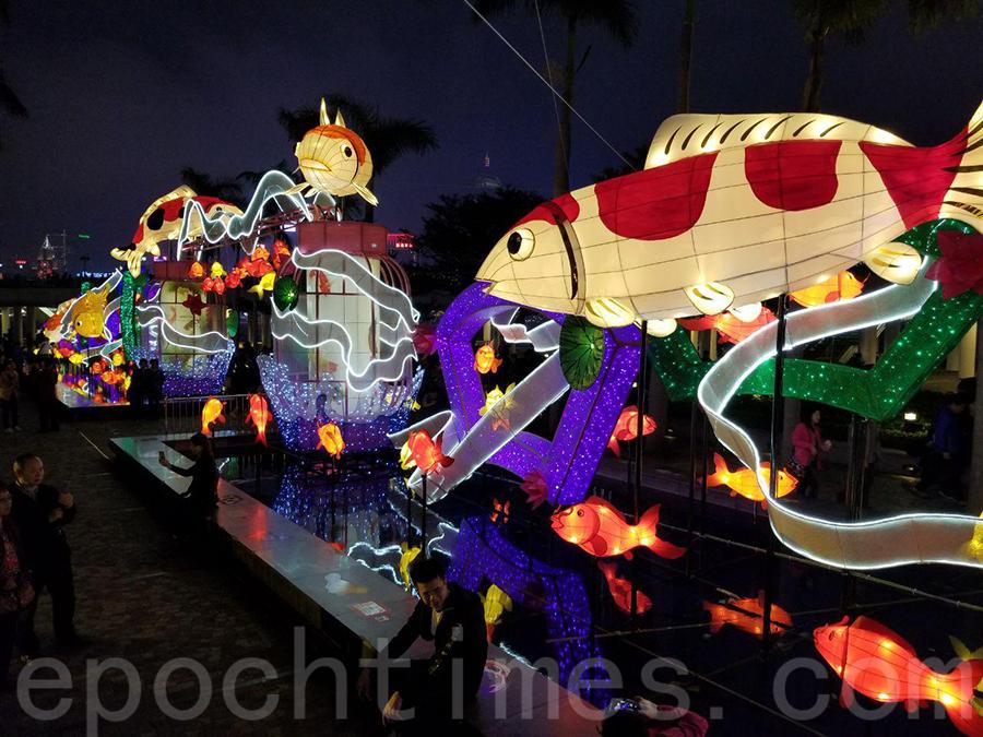 近九十條色彩鮮艷的錦鯉造型彩燈,造型各異,飛躍在維港、寓意年年有餘、步步高陞。(宋碧龍/大紀元)