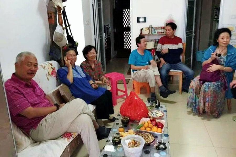 網上傳出陳小魯(左一)在死前一日2月27日的照片,他南下海南與友人會面。(網絡圖片)