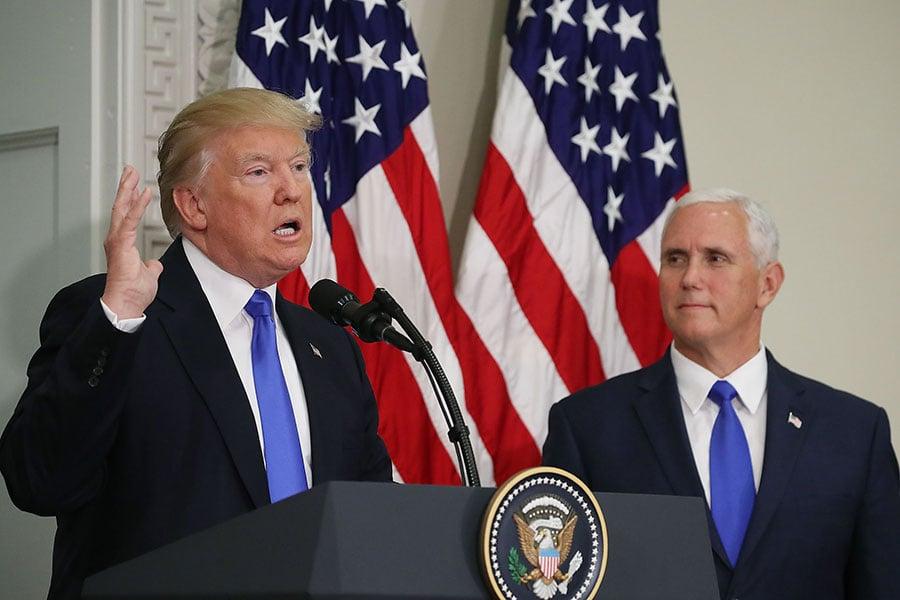 彭斯(右)清楚表明,「合法墮胎」的時代將再次被終結。(Mark Wilson/Getty Images)