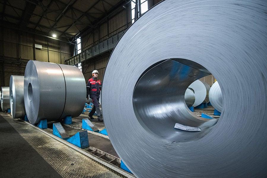 美國總統特朗普周四決定要對所有鋼材及鋁材課徵「國安稅」,商務部在調查報告中直指中共是最大威脅。(Lukas Schulze/Getty Images)