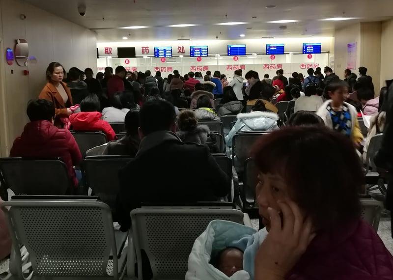中國大陸流感肆虐。民眾擔憂官方因兩會「維穩」而掩蓋疫情。圖為2018年1月5日,福建婦幼醫院看病的患者。(大紀元資料室)