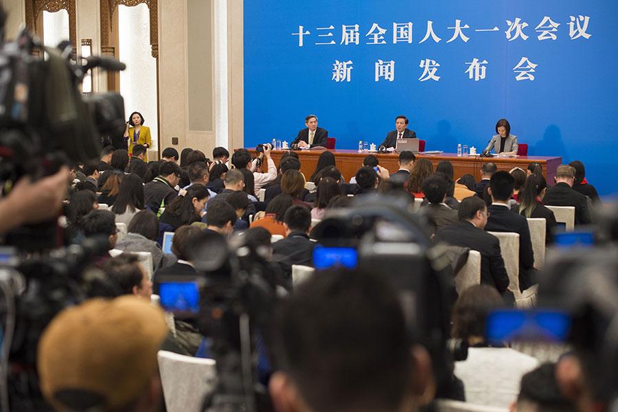 有關中共將修憲取消國家主席任期限制的問題,3月4日,中共官方首度作出回應。圖為3月4日中共人大一次會議舉行新聞發佈會現場。(NICOLAS ASFOURI/AFP/Getty Images)