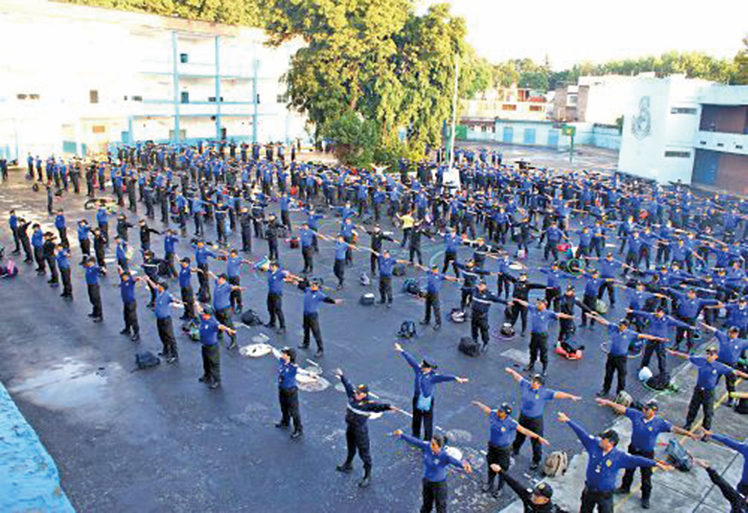 墨西哥警察在學煉法輪功功法。(明慧網)