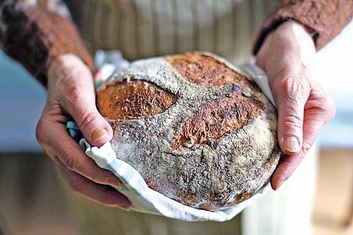 「飾粉」是麵包師傅在割紋前,在麵團表層上撒的裝飾性麵粉。