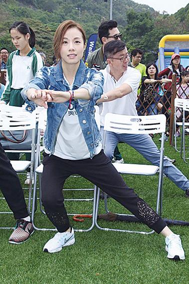鄧麗欣昨日參加救盲慈善步行活動。(拉闊Style)