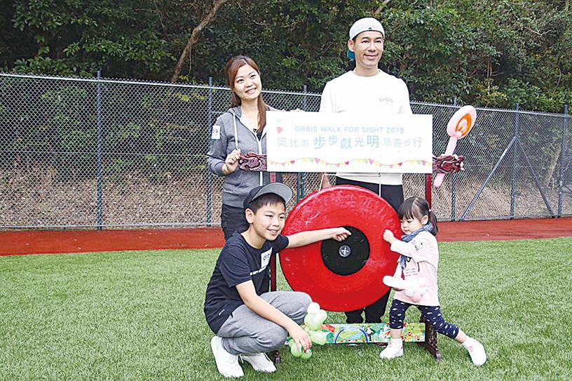 徐榮帶著一家四口參加慈善步行救盲活動。(拉闊Style)