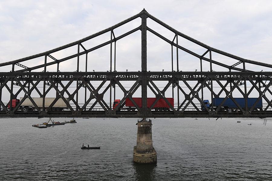 自由亞洲電台報道說,受經濟制裁影響,前往中國載運貨物的北韓貨車,現在空車的情況大增。圖為2017年9月5日,行駛於連接中朝兩國的友誼橋上的貨車。(GREG BAKER/AFP/Getty Images)