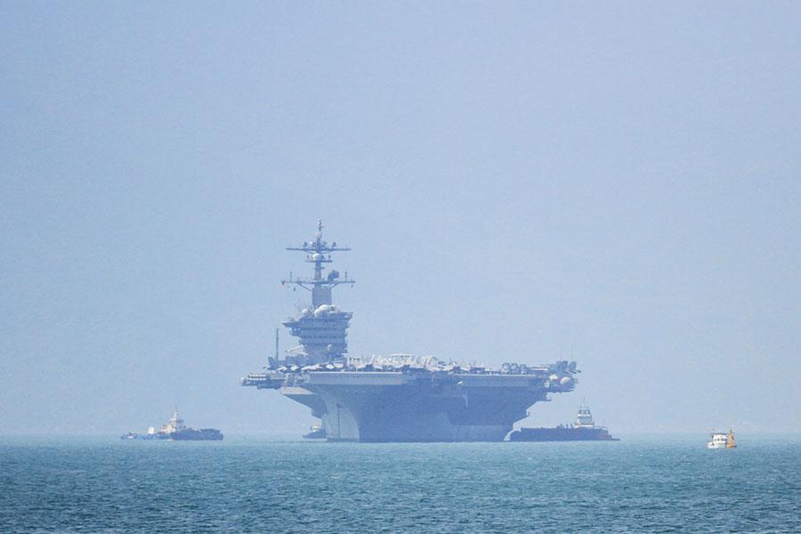 美國尼米茲級核動力航空母艦卡爾文森號於2018年3月5日駛入越南峴港。卡爾文森號是韓戰結束43年後,首艘訪越的美艦,此行象徵美越正致力增強區域防衛合作關係,抵制中共在南海擴張軍事影響力的戰略。(CHAN NHU/AFP/Getty Images)