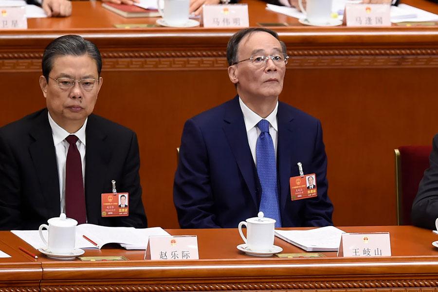 入選中共人大會議主席團的前常委王岐山,他在兩會上的座次排位被聚焦。圖為3月5日舉行的中共人大一次會議,右為王岐山。(WANG ZHAO/AFP/Getty Images)