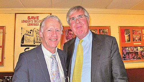 英國格蘭徹斯特勳爵Christopher John Suenson-Taylor(左)和韋弗利勳爵John Anderson(右)。(大紀元)