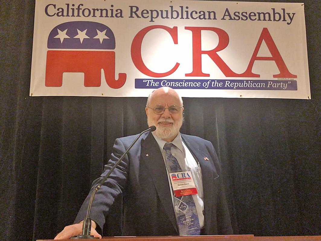 「加州共和黨聯盟」(California Republican Assembly)3月3日全體投票通過反強摘器官決議。圖為決議提出者「加州共和黨聯盟」Solano主席Norman Reece。(大紀元)