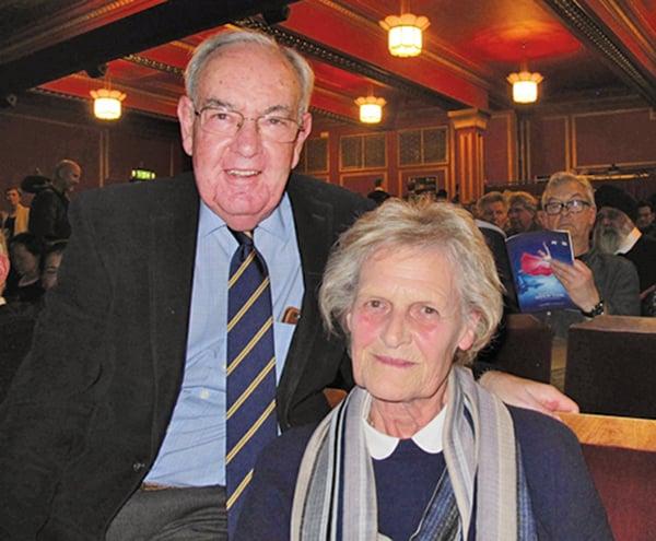 大英帝國勳章得主Leon Hulme(左)他和夫人觀看了神韻在倫敦的演出。(麥蕾/大紀元)
