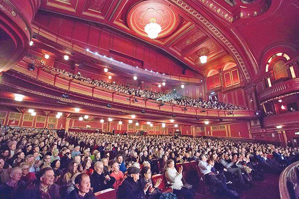 美國神韻紐約藝術團在倫敦多米尼恩劇院的演出場場爆滿,一票難求。(麥蕾/大紀元)