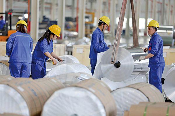 上周,特朗普宣佈對進口的鋼材和鋁分別徵收25%和10%關稅,專家多表示股市將受到重大衝擊。 (AFP)