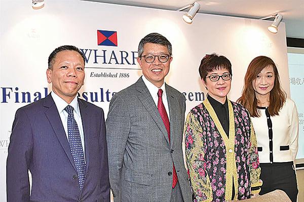 九倉置業主席吳天海(左二)看好香港零售市道。(郭威利/大紀元)