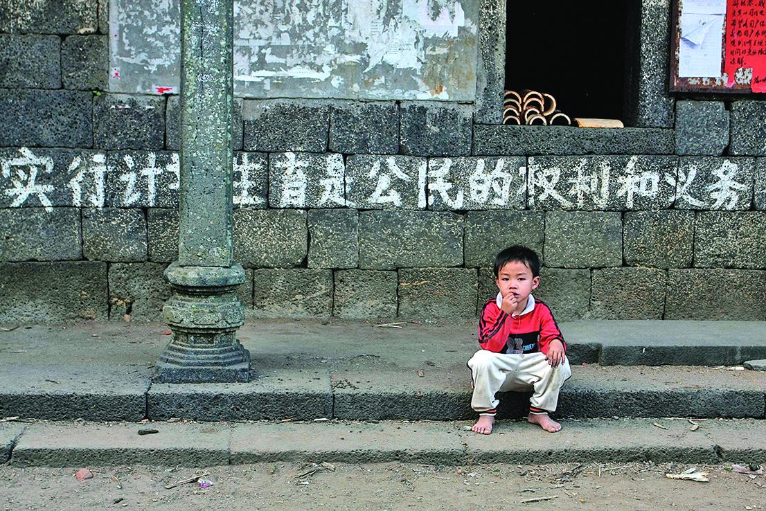 中共人大代表朱列玉的議案為建議實行全面放開三孩政策。此議案遭到大陸網民強烈質疑,民眾紛紛表示,生得起養不起。(大紀元資料室)