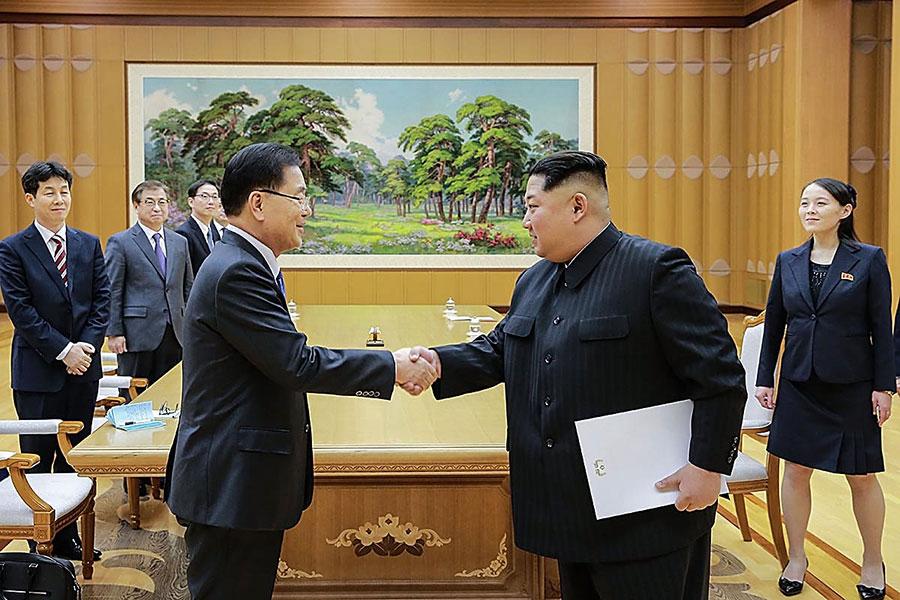 南韓媒體援引消息稱,北韓領導人金正恩知道外媒對他的負面報道。圖為2018年3月5日,金正恩與南韓特使團會面。(South Korean Presidential Blue House via Getty Images)