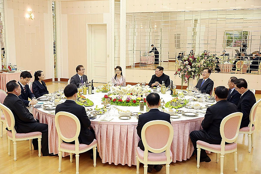 3月5日,南韓代表團跟金正恩共進晚餐。(South Korean Presidential Blue House via Getty Images)