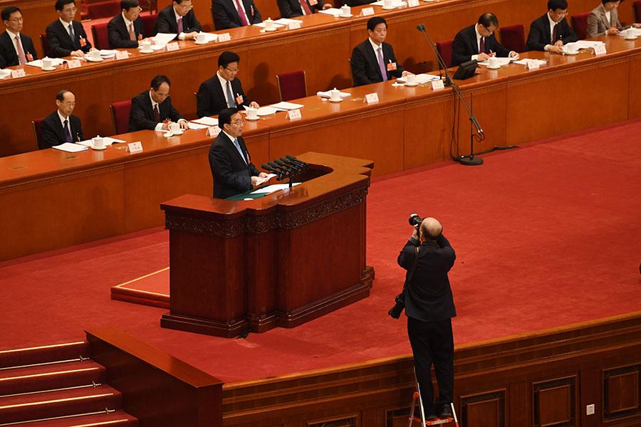 3月5日早上,人大會議秘書長王晨宣讀憲法修正草案內容(GREG BAKER/AFP/Getty Images)