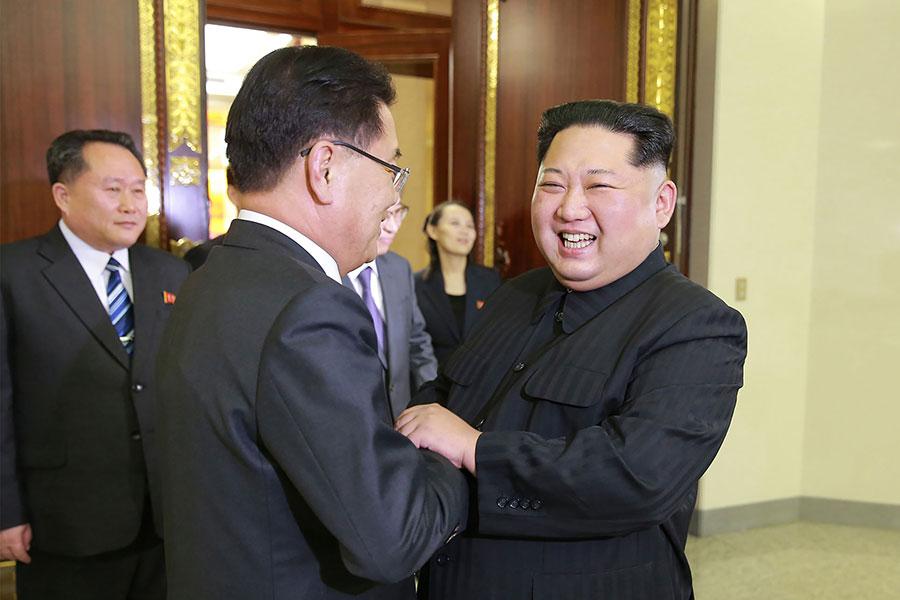 5日,金正恩接見來訪的南韓特使團。圖為金正恩接受特使團轉達文在寅親筆信的場面。(STR/AFP/Getty Images)
