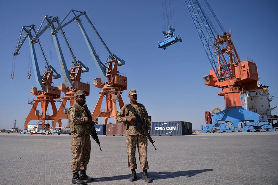 美國智庫周日(3月4日)發佈的一份新研究報告指出,中共所推出的「一帶一路」項目,可顯著增加眾多小國的債務,其中8個國家的風險尤為令人擔憂。圖為巴基斯坦的瓜達爾港,其收支的91%屬中共所有。(AAMIR QURESHI/AFP/Getty Images)