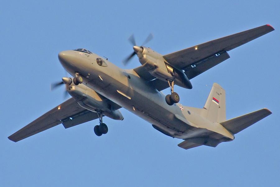 周二(3月6日),俄羅斯國防部證實說,俄羅斯軍用運輸機Antonov-26在敘利亞墜毀,機上32人全部喪生。圖為同型號的Antonov-26示意圖,非出事飛機。(Marko Stojkovic/Wikimedia commons)