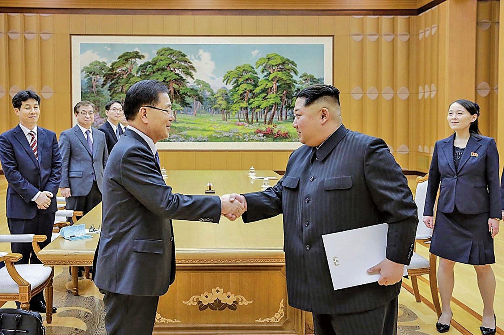 5日,金正恩接見來訪的南韓特使團。圖為金正恩接受特使團轉達文在寅親筆信的場面。(Getty Images)