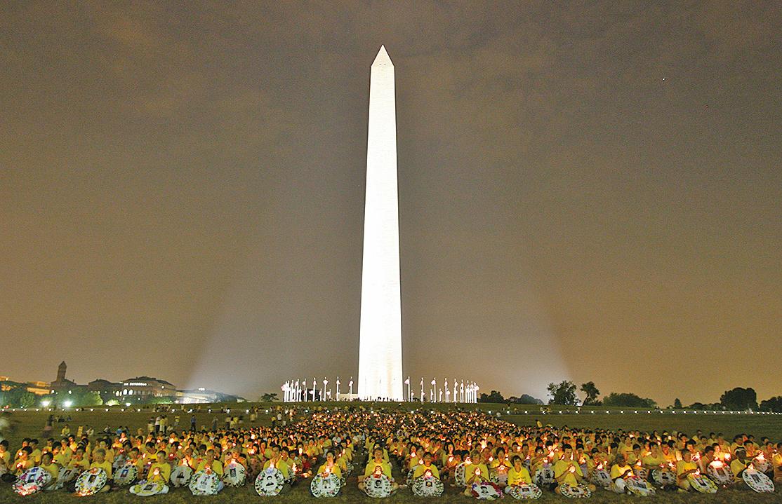 圖為2006年7月21日,來自世界各地的法輪功學員,在華府華盛頓紀念碑下,悼念所有被中共迫害致死的法輪功學員。(明慧網)