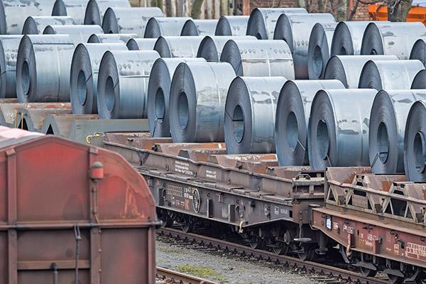 美國總統特朗普周一表示不會撤回課徵鋼鋁稅的決定,並再次指稱中共是造成美國對外巨大貿易逆差的最大禍根。(Getty Images)