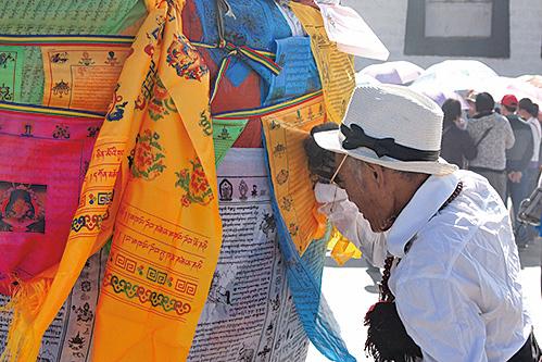 西藏布達拉宮的長者。(受訪者提供)